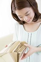 財布の中身を確認する日本人女性