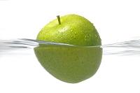 水に浮く青リンゴ