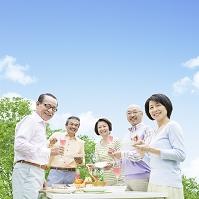 食卓を囲む日本人男女達