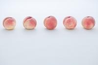 一列に並んだ白桃
