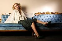 エレガントなソファーに座る女性