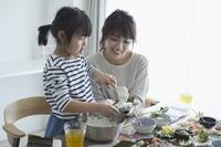 手巻き寿司を食べる日本人親子