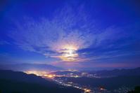 長野県 青木村 十観山から望む仲秋の名月と浅間山と上田市街夜景