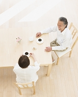 コーヒータイムの日本人シニア夫婦
