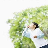 シャボン玉を吹く日本人の男の子