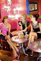 パーティーをする外国人女性