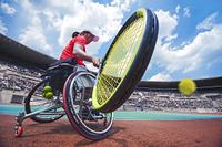 試合をする車いすテニス選手
