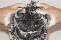 日本人男性の洗髪