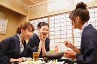 温泉旅館で夕食をとる日本人女性