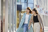 友達と街を歩く日本人女性