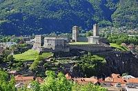 スイス ベリンツォーナ旧市街にある3つの城 要塞及び城壁 カ...