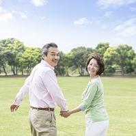 手を繋いで振り向く日本人夫婦