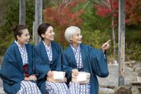 温泉に旅行する日本人の女性三世代親子