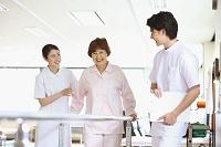 リハビリ施設のシニア女性を支える日本人看護師