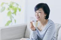部屋でくつろぐ中高年日本人女性