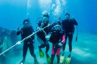体験ダイビングをする家族