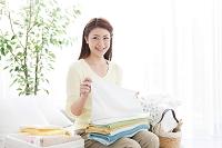 タオルをたたむ日本人女性