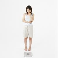 体重計を見る日本人女性