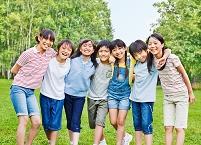 肩を組んでいる日本人の子供達