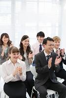 拍手をする日本人ビジネスパーソン