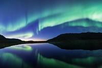 カナダ 夕焼けと水面に写るオーロラ