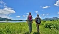湖畔の草原のカップル