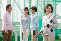 ゴルフクラブを持つシニア女性