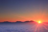 長野県 上田市 美ヶ原から望む浅間山などの山並みと朝日と雲海