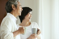 カップを持つ中年日本人夫婦