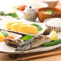 焼き秋刀魚の食卓