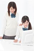 パソコンをする女子高生