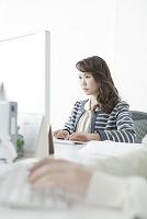 オフィスでパソコンを使うヤングビジネス女性