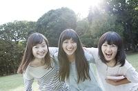 肩を組み笑う女学生3人