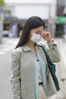マスクをしたアレルギーの日本人女性