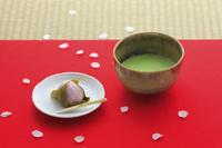 毛氈に置かれた桜餅と抹茶
