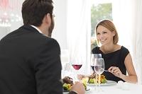 レストランで食事する外国人カップル