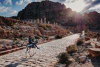 ヨルダン ペトラ遺跡 列柱通り ロバに乗る少年