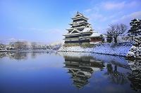 長野県 雪の松本城と常念岳