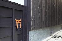 京都府 町家の塀に付けられた小便禁止の鳥居