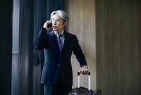 電話を掛ける日本人エグゼクティブ