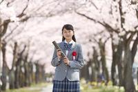 桜並木と卒業生