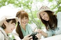 カメラを見る3人の女性
