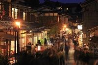 京都府 夜の二年坂と観光客