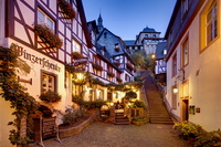 ドイツ バイルシュタイン 修道院の登り道とワイン居酒屋