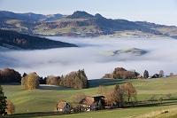 スイス 霧に覆われた村
