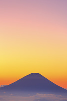 山梨県 南アルプス市 北岳山荘から望む夜明けの富士山と茜空