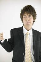 口臭予防のうがいをするビジネスマン