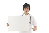 ホワイトボードを持つ若い医師