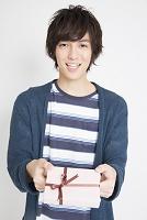 プレゼントを渡す日本人男性