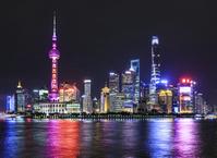 中国 上海 黄浦江沿いに立つ高層ビル群 夜景